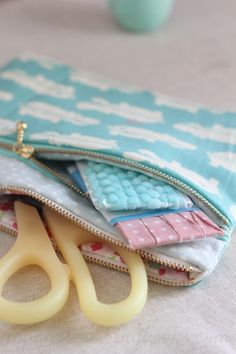 Free Sewing Pattern, Tutorial and Video – Double zip pouch