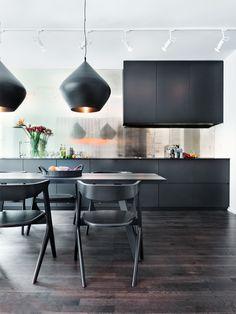 Cuisine noire épurée - très jolies suspensions  #black #kitchen