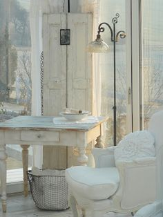 decor, floor lamps, cottag, shabby chic, shabbi chic, white rooms, wire baskets, old doors, white interiors