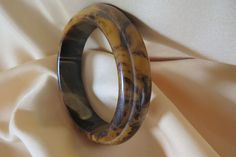 Vintage marbled gold and brown bakelite bangle with steps
