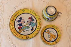 Vintage Mickey Mouse and Minnie Mouse tin litho toy dishes.