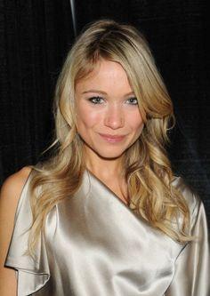Katrina Bowdens blonde, wavy hairstyle