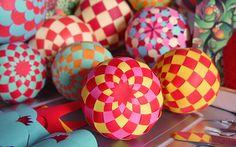 Make woven paper balls, hot air balloons, and more - instructions and templates at papermatrix