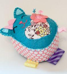 Hand Sewn Felt Lucky Cat Pincushion por blushful en Etsy
