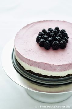 blackberry mousse cake - crunchy chocolate crust topped with lemon cheesecake, blackberry mousse, and fresh blackberries Heart Baking, Chic Allure, Mousse Cake, Beauty Cake, Super Easy, Blog Chic, Lemon Cheesecake, Allure Blog, Blackberries Mousse