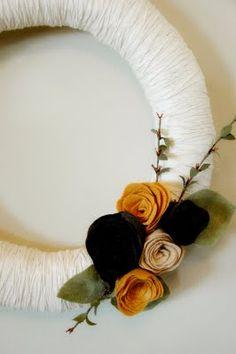 DIY yarn wreath and felt flowers- foam wreath, thin yarn, felt, I think I can do this....
