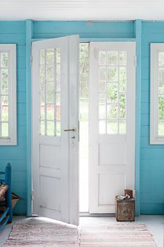BRIGHT blue walls. Only a beach house could get away with this!