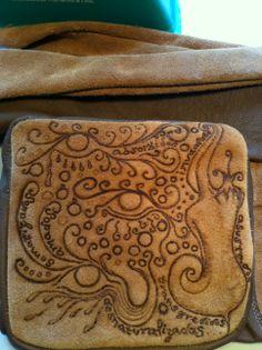 Bolso de cuero con motivos pirograbados / Leather handmade bag