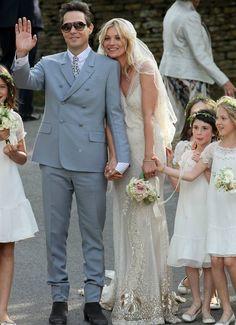 El vestido de novia de Kate Moss se exhibe en el museo Victoria and Albert de Londres