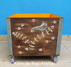 Reciclagem de caixote de madeira by ALÉM DA RUA ATELIER/Veronica Kraemer, via Flickr