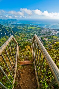 """Really takes your breath away. Haiku Stair aka """"srailway to heaven"""", Oahu, Hawaii. i want to do this but my br other says he knows for sure I'd freak out"""