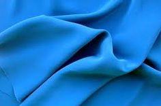 CREPÉ-GEORGETTE: Tela brillante, generalmente de seda, seda y algodón, seda y rayón u otras mezclas, en la que el aspecto y propiedades del crespón están muy realzadas. En el siglo XX se ha utilizado para confeccionar blusas ligeras y prendas de noche.
