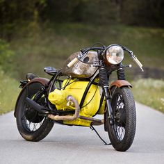 Just when you think you've seen it all, here's a BMW with a yellow engine. It's a 1977 R80/7 given a boardtracker flavor and a coat of RAL1016 paint on the motor. Top marks for originality to the Austrian garage Das Traumwerk.