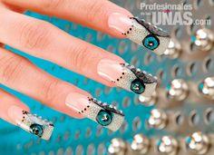 Diseño en uñas (nails): Metálicas creaciones con diseños abstractos Trabajo de: Republic Nail Técnica: Erika Bueno Andrade Modelo: Nadia Aceves Técnica: Encapsulado Retoque en: 3 semanas Nivel de trabajo: Intermedio Evento: Graduaciones