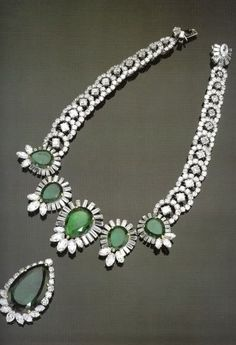 Duchess of Windsor Necklace with five pear-shaped emeralds from 5.8 to 14.6 carats (Cartier) and a 48.95-carat Diamond and Emerald Pendant @}-,-;--