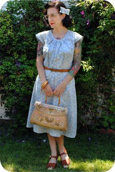 The always wonderful Tasha of By Gum, By Golly sporting a seriously lovely summer look (complete with a hair bow she made herself - so cute!). #vintage #dress #fashion #summer #purse #bow