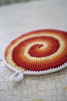 cute crochet potholders with free pattern! Have done several of these. Great pattern, also works as an indoor frisbee!