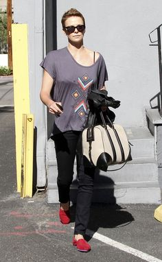 Charlize Theron. love the hair and outfit! charlize theron, pixi haircut, fashion, dance studio, hair flare, danc studio, charliz theron, hair grow, theron photograph