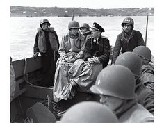 70 anos Dia D General Omar Bradley (l) and Admiral Alan Kirk sit and talk as they go ashore on D-day, after the Normandy invasion  Corbis