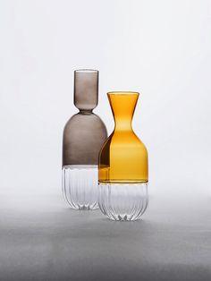 Vasos de vidro castanho e laranja