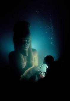 Unearthing underwater treasures from Cleopatra's world...  Franck Goddio/Hilti Foundation, photo: Christoph Gerigk