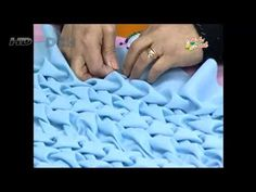 Materiales:  • 1 mt. Tela linette, tropical o granitte.  • Hilo de coser al tono de la tela   • Perlas N° 4.  Útiles de trabajo:  • Regla de madera de 3 cms de     ancho x 1 mtr de largo.  • Lápiz de marcar tela.  • Aguja de coser normal.  • Huincha de medir.  • Tijera .