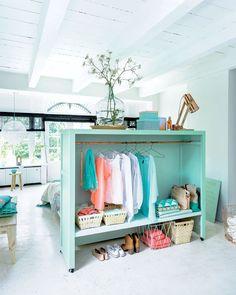 L'armoire dressing sert de tête de lit dans la chambre.