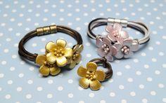 Pulseras y anillo con flores de cuero