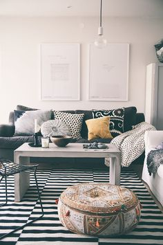 decor, helt enkelt, mixing patterns, living spaces, cozy living rooms, picture frames, live room, black and white living, floor cushions