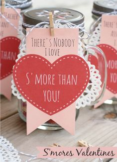 Adorable S'mores Valentines Day gifts! Mason jars filled with s'mores snack mix. Free printables! #masonjars #smores #valentines #valentinesday