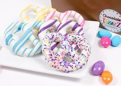 Teacher gift? Pretzels hand dipped and swirled with yellow, pink, turquoise, purpleor sprinkled with sparkling sugars. #Easter www.goodiesforgifts.com