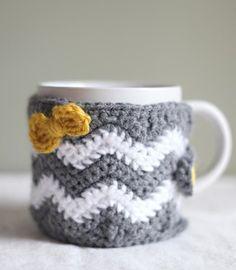 cup cozy crochet patterns, bib craft, craft idea, coffee cups, chevron crochet dishcloth, crochet cup cozies pattern, chevron cup, crochet cozies, gift idea