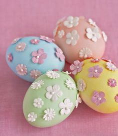 How to decorate #easter #eggs with scrapbooking flowers. Simple! #crafts