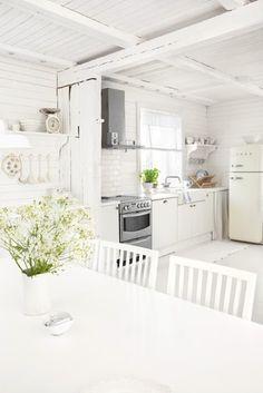 kitchen via juliasvitadrommar.blogspot.com