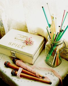 Use old Ball jars to hold #knitting needles. This makes for a cute, rustic look to your home!