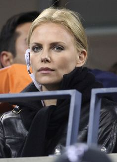 Charlize Therons blonde, medium-length hairstyle