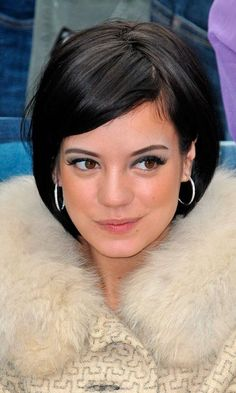 bob hairstyle of lily allen she looks adorable with her short bob 527x878 Bob Hairstyles With Side Bangs