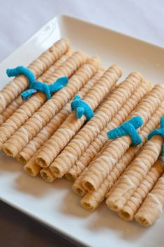 "Crea ""diplomas"" dulces con galletas de tubo y una cinta de golosina / Create sweet ""diplomas"" con tube cookies and candy ribbon"