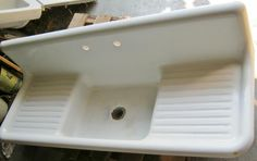 Copyping this top view of double drainboard sink to show curved sides unlike enamel ones from later generation that are rectangular but curved on inside. See other pictures to understand.