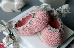 Image of Chaussons bébé ballerine en alpaga rose avec un lien en Liberty