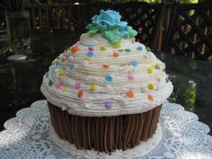 Giant cupcake, site includes buttercream icing recipe