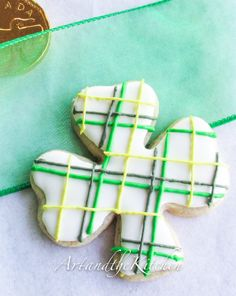 Shamrock decorated cookie