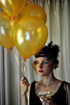 Unos globos dorados para complementar tu disfraz! / Gold balloons as a costume accent!