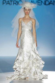 Vestido de novia elegante con tirantes discretos y acabado en satén - Foto Patricia Avendaño