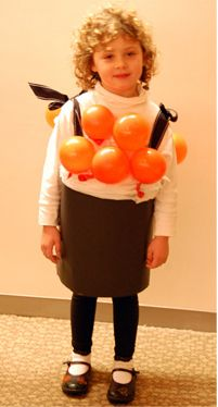 Un trajecito de sushi hecho con cartulina negra y globos color naranja - via blog.fiestafacil.com / A little sushi costume made with black cardboard and orange balloons - via blog.fiestafacil.com