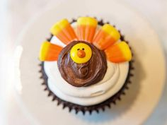 Kids will want to gobble up this cute turkey cupcake...almost as much fun making as eating!  #Thanksgiving
