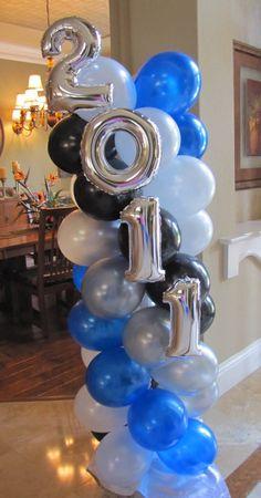 Columna de globos de látex decorada con globos metalizados de números para fiesta de graduacion. #DecoracionGrado