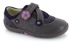 Zapato de niña cerrado, perfecto para el invierno y diseñado para ser increiblemente ligero y suave.  / Enclosed girls' shoes, perfect for winter wear, and designed to be unbelievably light and soft.