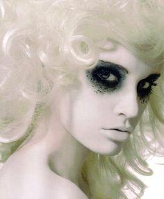 mummy goth girls, white hair, costum, eye makeup, dark eyes, halloween makeup, makeup ideas, ghost, halloween ideas
