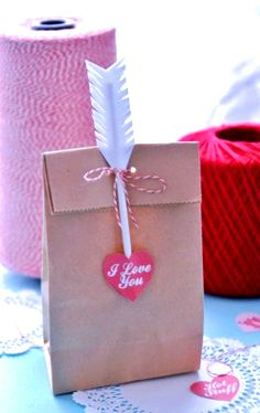 #Valentine's Day paper bag #giftwrapping  ideas #heartsToniK ⓦⓡⓐⓟ ⓘⓣ ⓤⓟ #DIY #crafts http://www.familyholiday.net/valentines-day-gift-wrapping-ideas